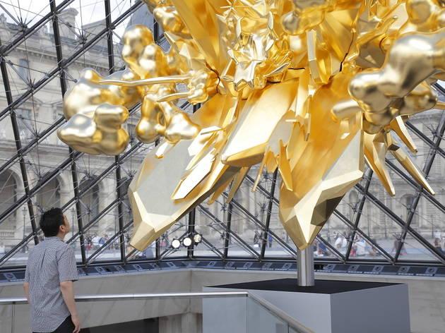 Un immense trône en or installé sous la Pyramide du Louvre