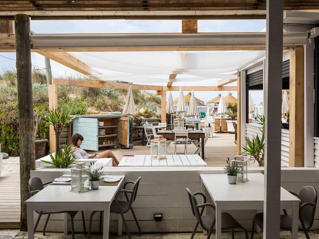Beber só um copo nos melhores bares de praia perto de Lisboa