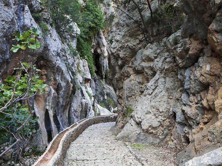 Ruta de Pedra en Sec/Dry Stone Route (GR221)