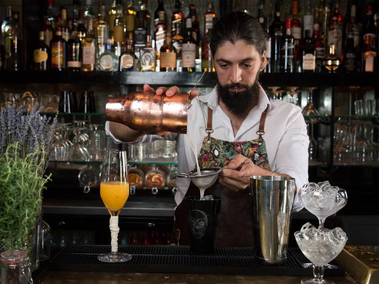 17.30 - Beba um cocktail no Le Consulat
