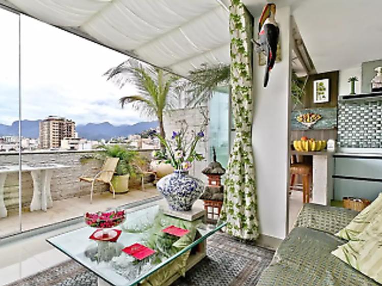A tropically inspired penthouse in Arpoador
