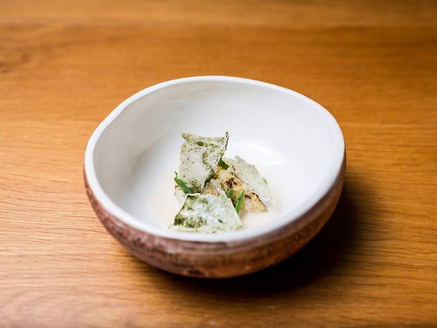 Ostra do Alvor grelhada com molho de espargos brancos fermentados e lima caviar com telhas de leite