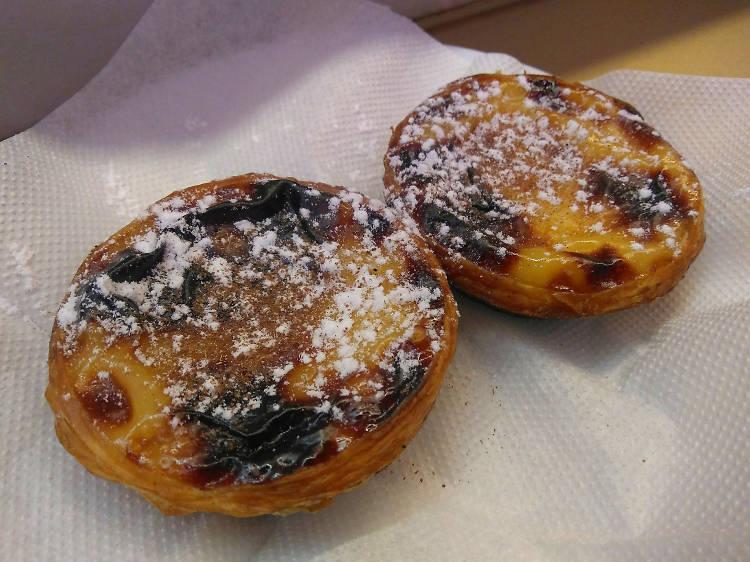 Trying a 'pastel de nata' at Manteigaria