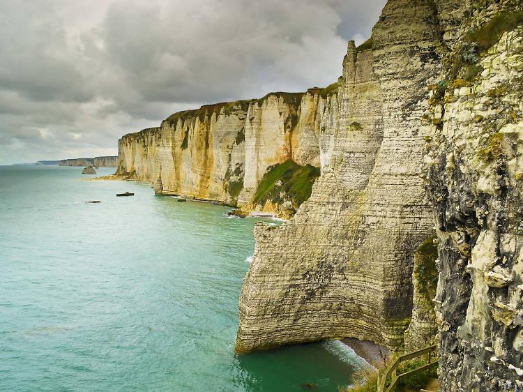 Paint the chalk cliffs of Étretat