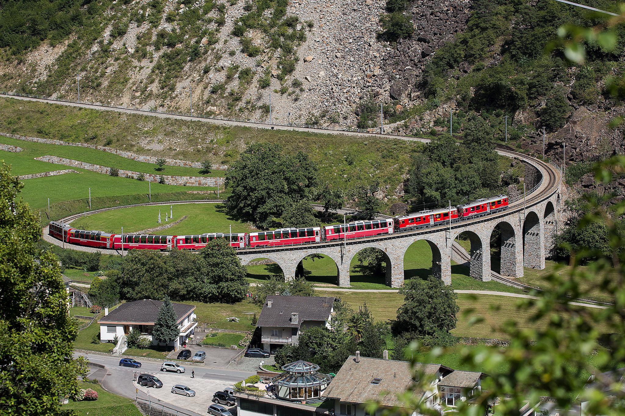 Bernina Express auf dem Kreisviadukt bei Brusio