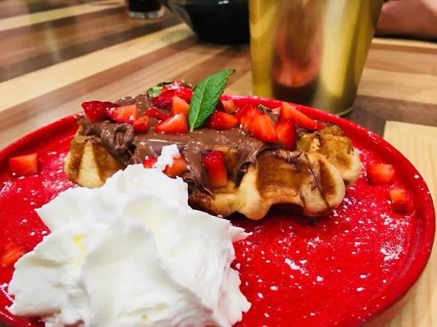 Waffle de nutella com morango e chantilly do Esquires Coffee Porto