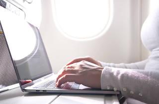 Dona escrivint en un avió
