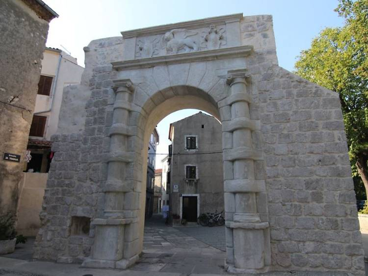 Find the medieval fortifications of Cres town