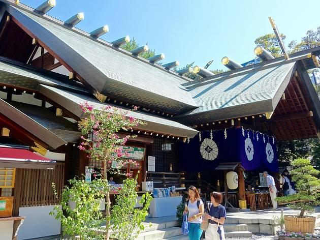 People walking at Shrine Tokyo Daijingu, Chiyoda