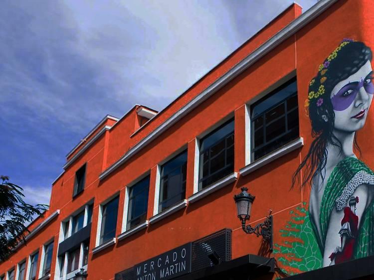 Recorre los puestos tradicionales y gastronómicos de Mercado de Antón Martín