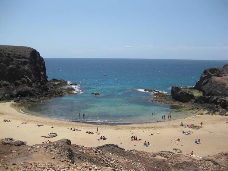 Planta la sombrilla en la playa de Papagayo, en Lanzarote