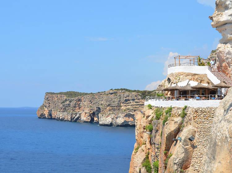 Toma una 'pomada' en la Cova d'en Xoroi de Menorca