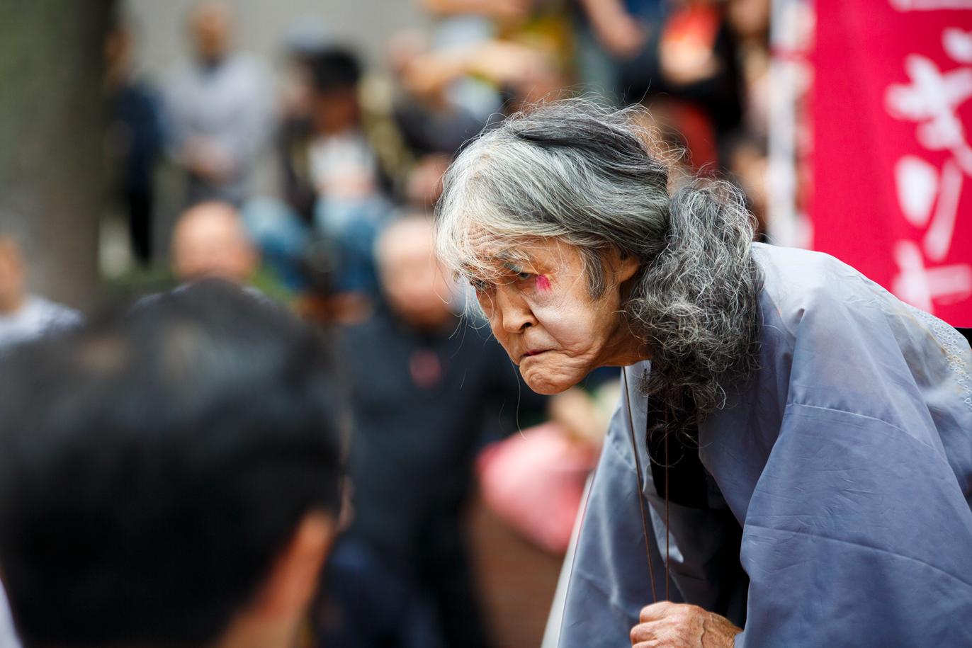 写真で振り返る50年目の舞、大道芸人ギリヤーク尼ヶ崎が新宿で公演
