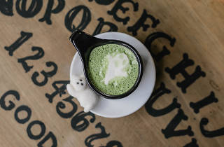 Spooky matcha de Salem Witch Coffee