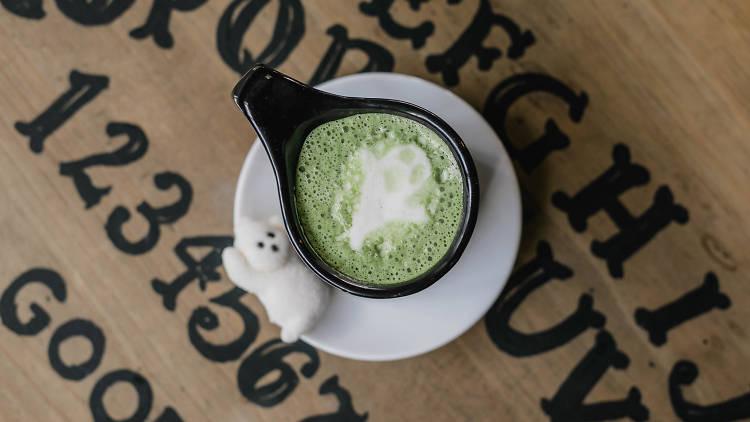 Spooky matcha de Salem Witch Coffee