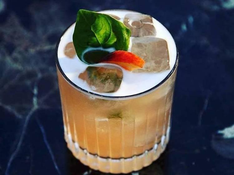 Déguster un rhum cocktail dans un bar branché