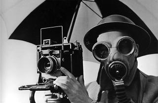 David E. Scherman, vestit per a la guerra, de Lee Miller (1942)