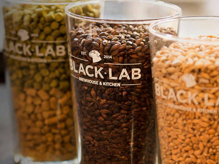 Una birra artesana en Black Lab Brewhouse