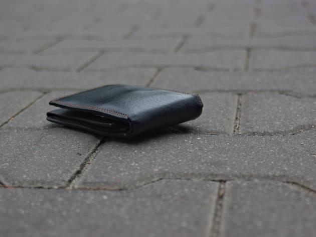 Encuentran una cartera con 3.500 dólares en La Rambla (sorprendente final)
