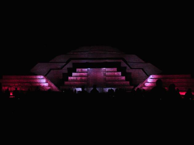 Pirámides de Teotihuacán noche