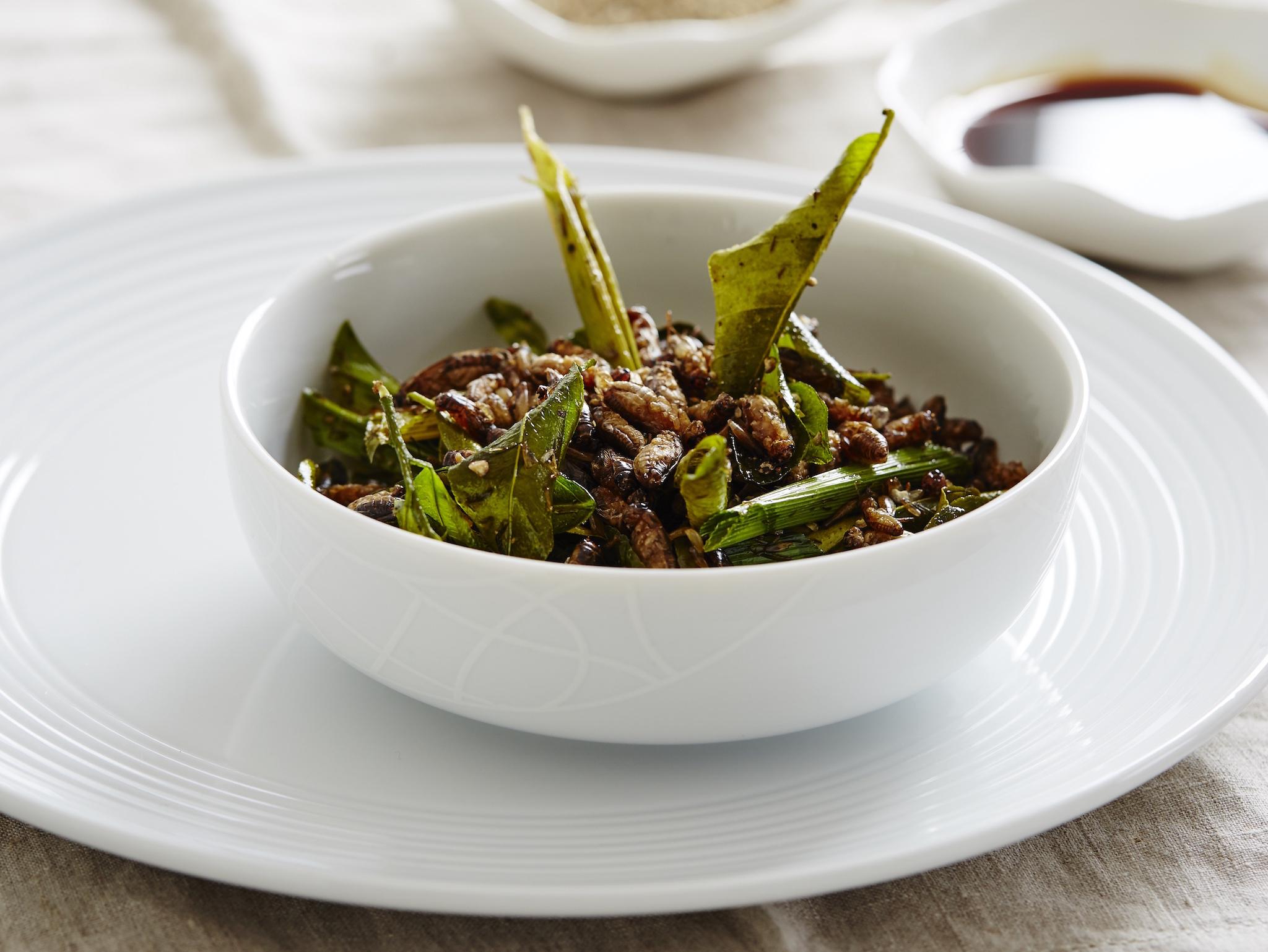 Crispy crickets in pandanus, Eat Grub