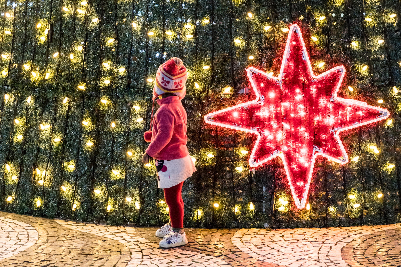Criança e árvore de Natal do Rossio