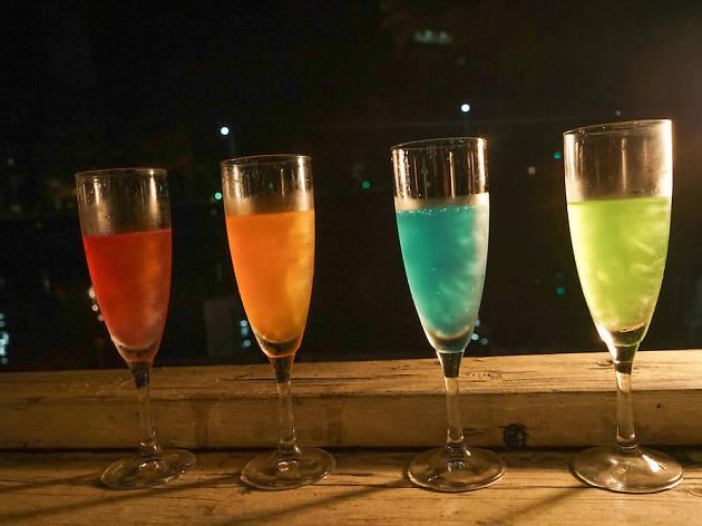 青いワインと光るスパークリングワイン