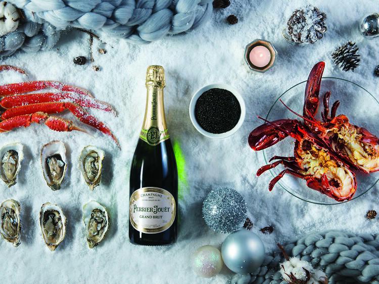 萬麗海景酒店咖啡室:送香檳配以魚子醬