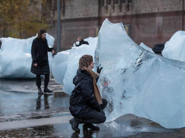 Olafur Eliasson has put chunks of melting glacier ice outside Tate Modern