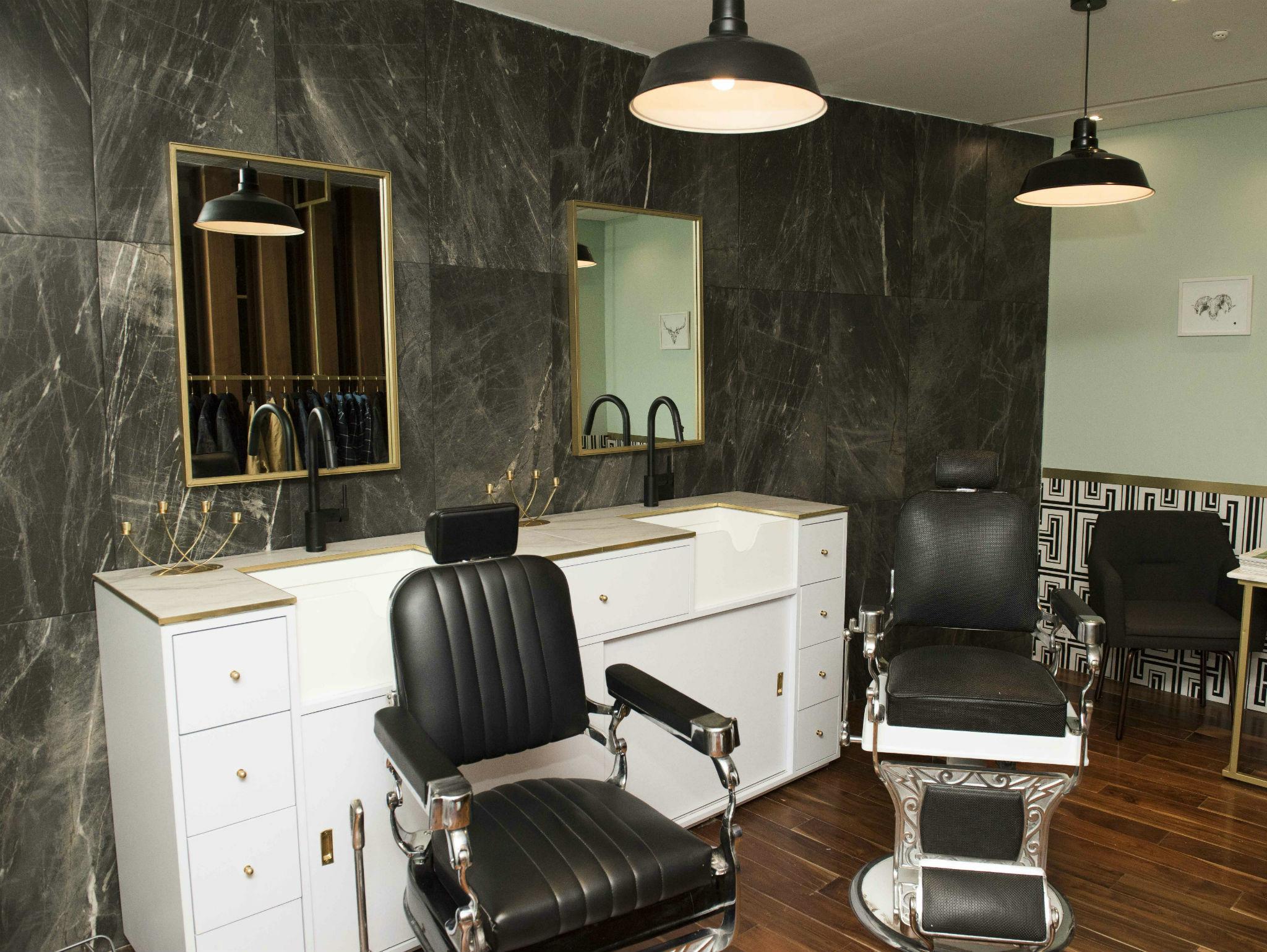 Sillas en el interior de Breath Gloming  Barbershop