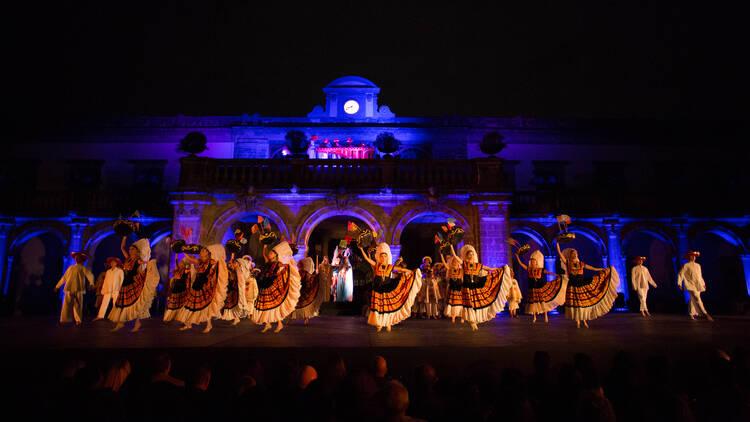 Los bailes que se presentan conjugan las tradiciones indígenas de nuestro país con la influencia española