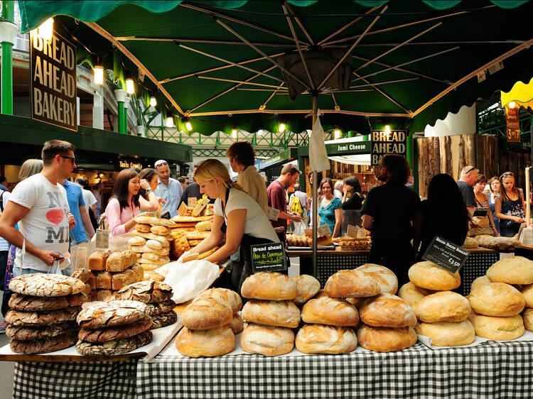 ロンドン最大の食市場で食べる。