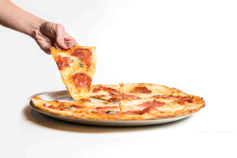 Pizza de quatro queijos e salame picante do La Finestra