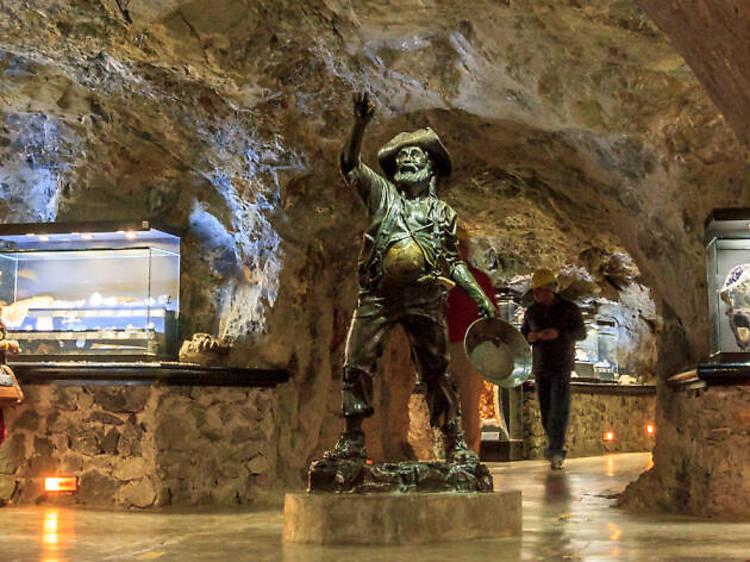 Baja a las profundidades de la mina El Edén