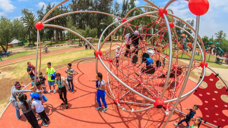 Juegos infantiles en el Bosque de San Juan de Aragón