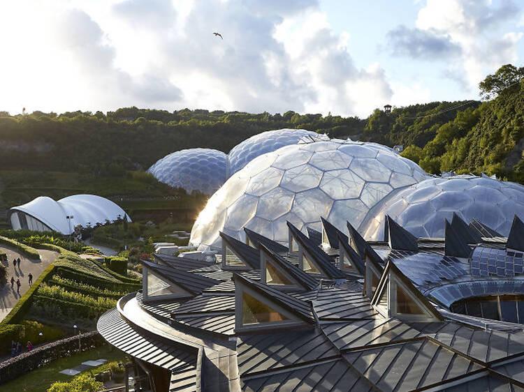 Explore a maior floresta tropical indoor do mundo no Projecto Éden