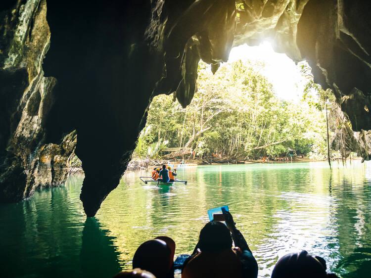Faça paddle no Parque Nacional do Rio Subterrâneo de Puerto Princesa