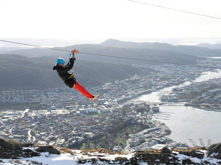 Monte a tirolesa mais rápida da Noruega no Monte Ulriken