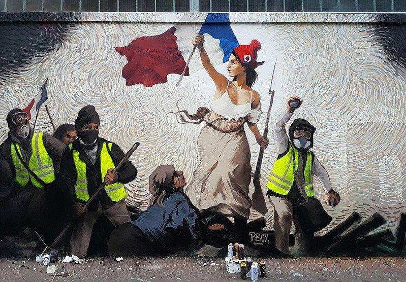 Une fresque street art, inspirée de la Liberté guidant le peuple, hommage aux gilets jaunes