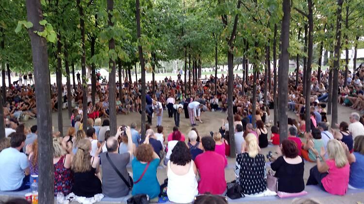 El parc de l'Estació del Nord ple per veure 'Tot va bé si acaba bé', de Parking Shakespeare