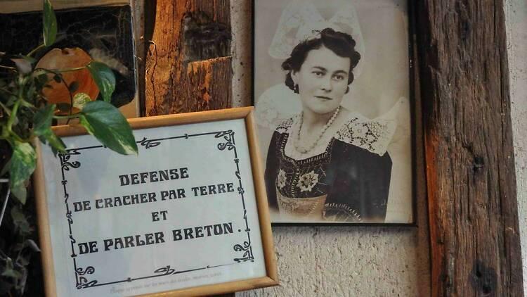 © La crêperie bretonne fleurie de l'épouse du marin