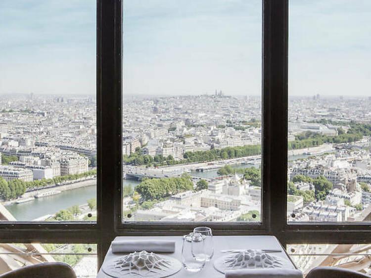 Grimper tout en haut de la tour Eiffel avant de finir au Jules Verne
