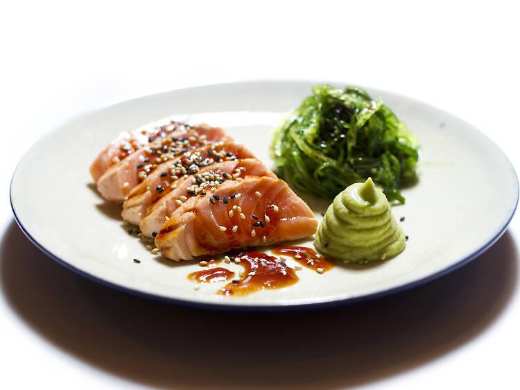 Três sítios para comer tataki de salmão no Porto