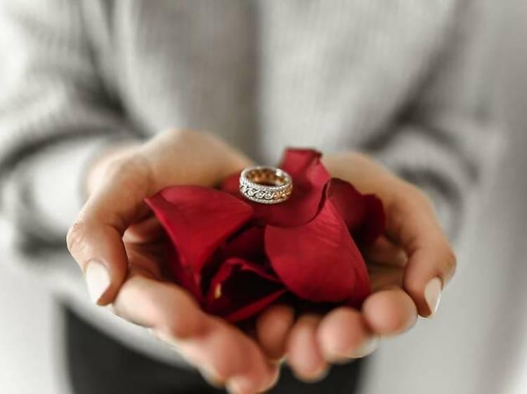 Colocar pétalas de rosas na cama ou escrever com batom no espelho