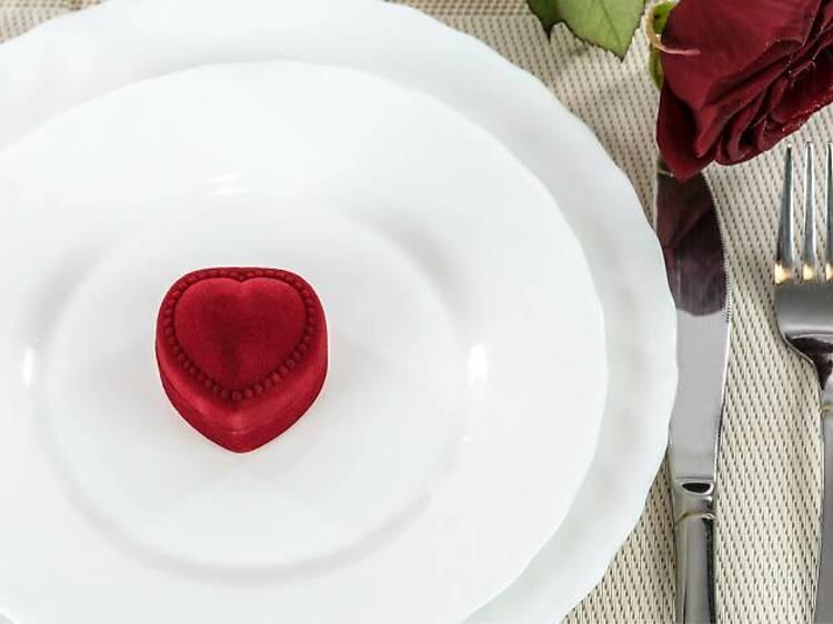 Esconder o anel na comida ou na flute de espumante