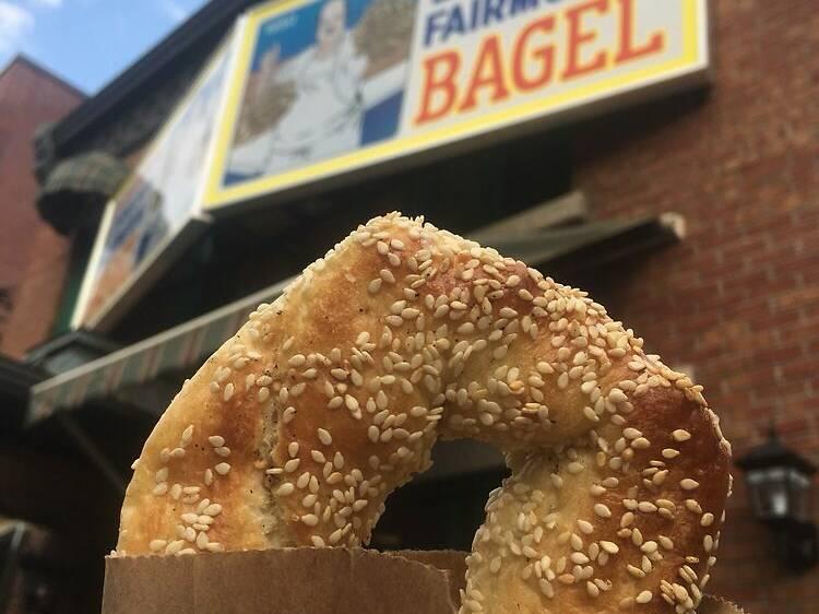 Un bagel au Fairmount Bagel ou au Bagel Saint-Viateur