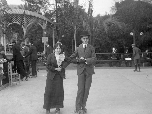 Senyoreta Triadó patinant al Turó Park, 1912