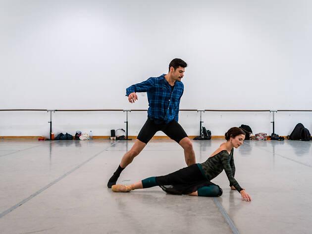 Dois bailarinos e um pianista fazem um duelo a três
