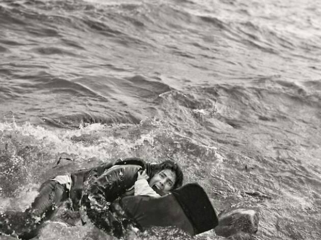 Samuel Aranda, Mujer refugiada y su hijo caen al agua durante desembarco. Lesbos, Grecia 2015