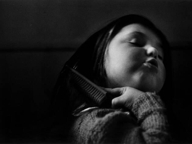 Nena pentinant-se (Madrid, 1958)